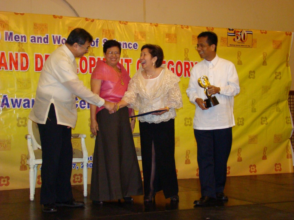 Dr. Balisacan and Prof. Monsod receive the award in behalf of HDN